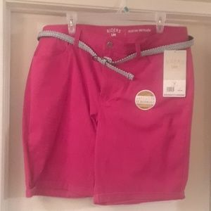 Red Bermuda shorts with coordinated belt